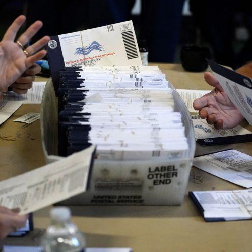 04.11.2020, USA, West Chester: Wahlhelfer aus dem Bezirk Chester bearbeiten an der West Chester University in West Chester, Pa, die Briefwahl-Stimmzettel für die US-Präsidentschaftswahl.
