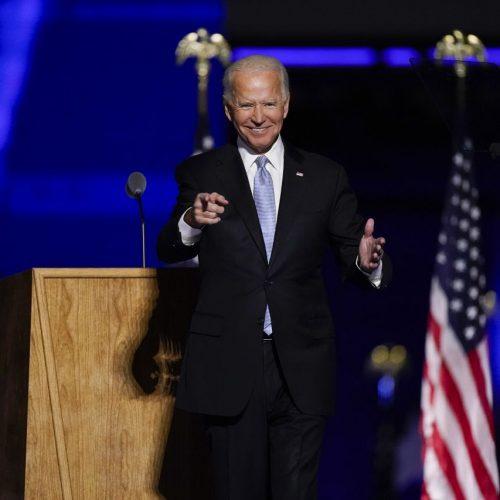 """Joe Biden, """"President Elect"""", steht nach einer Ansprache gestikulierend auf der Bühne. Der demokratische Präsidentschafts-Kandidat Biden hat die Wahl in den USA gewonnen."""