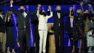 Von links nach rechts: Doug Emhoff, Ehemann von Kamala Harris, Kamala Harris, Joe Biden und seine Frau Jill nach der Ansprache auf der Bühne.