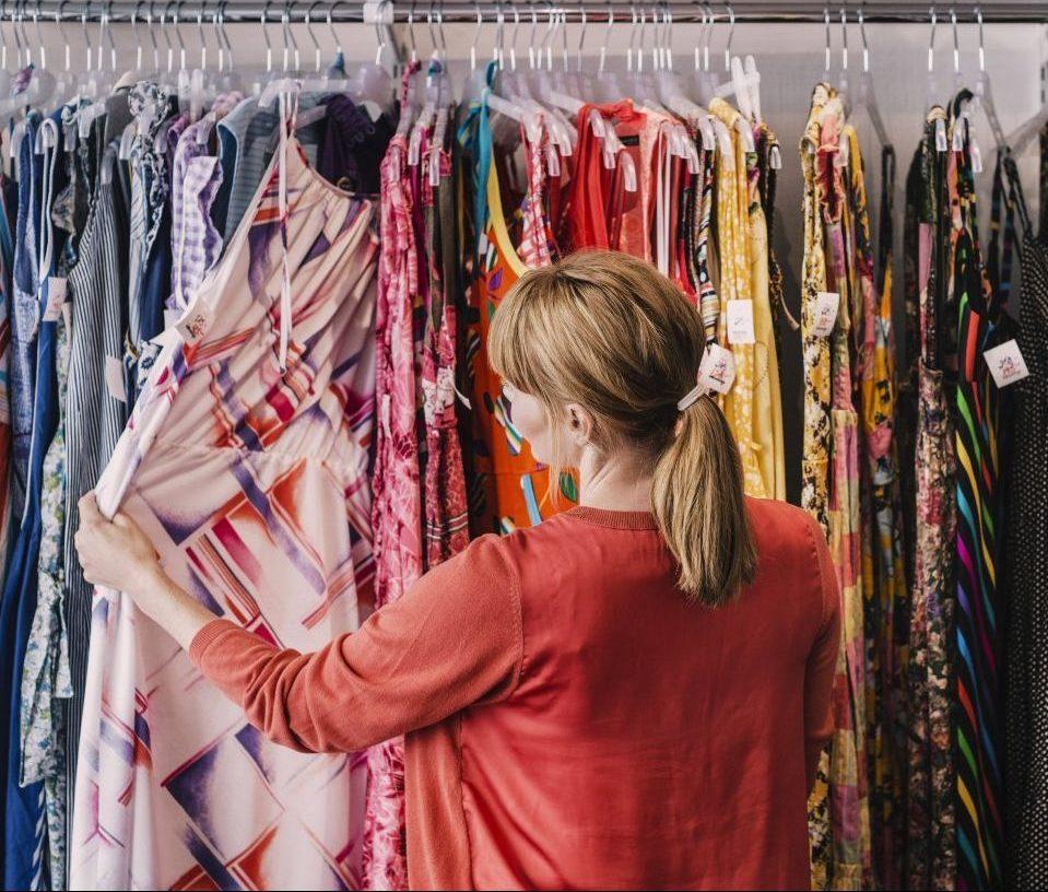 Second Hand Fashion: Wie du mit Schnäppchen Umwelt und Konto schonst