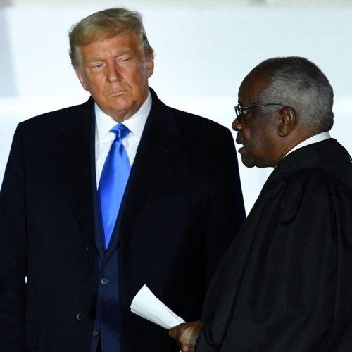 Clarence Thomas (rechts) ist Richter am Supreme Court. Macht ein Urteil von ihm und seinen Kollegen am Obersten Gerichtshof der USA Donald Trump zum Sieger der US-Wahl 2020 und damit zum nächsten US-Präsidenten?
