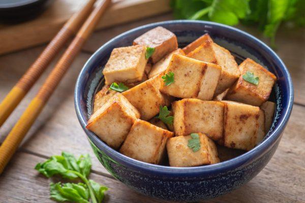 Tofu ist ein beliebter Fleischersatzund schmeckt im Chili sin carne