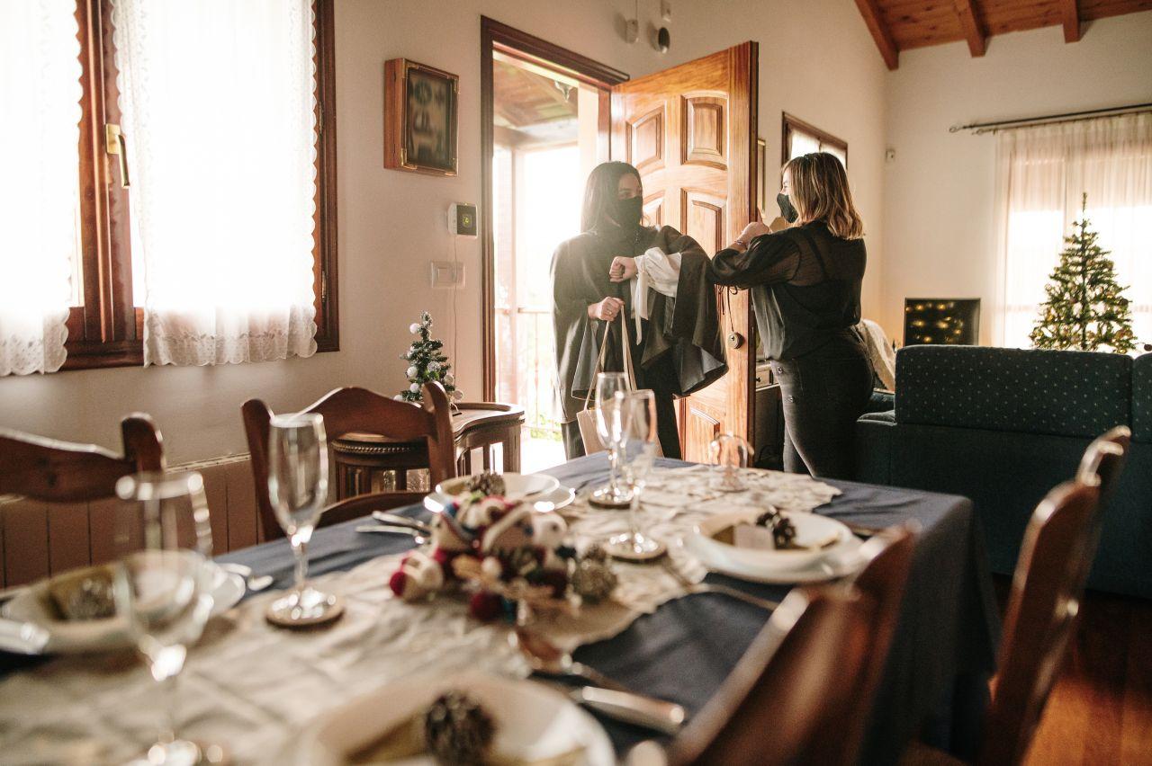 Ellbogen statt Umarmung: Begrüßung in Corona-Zeiten