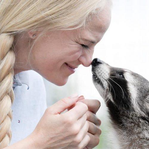 Tierretter Yvonne Gutsche mit Waschbär