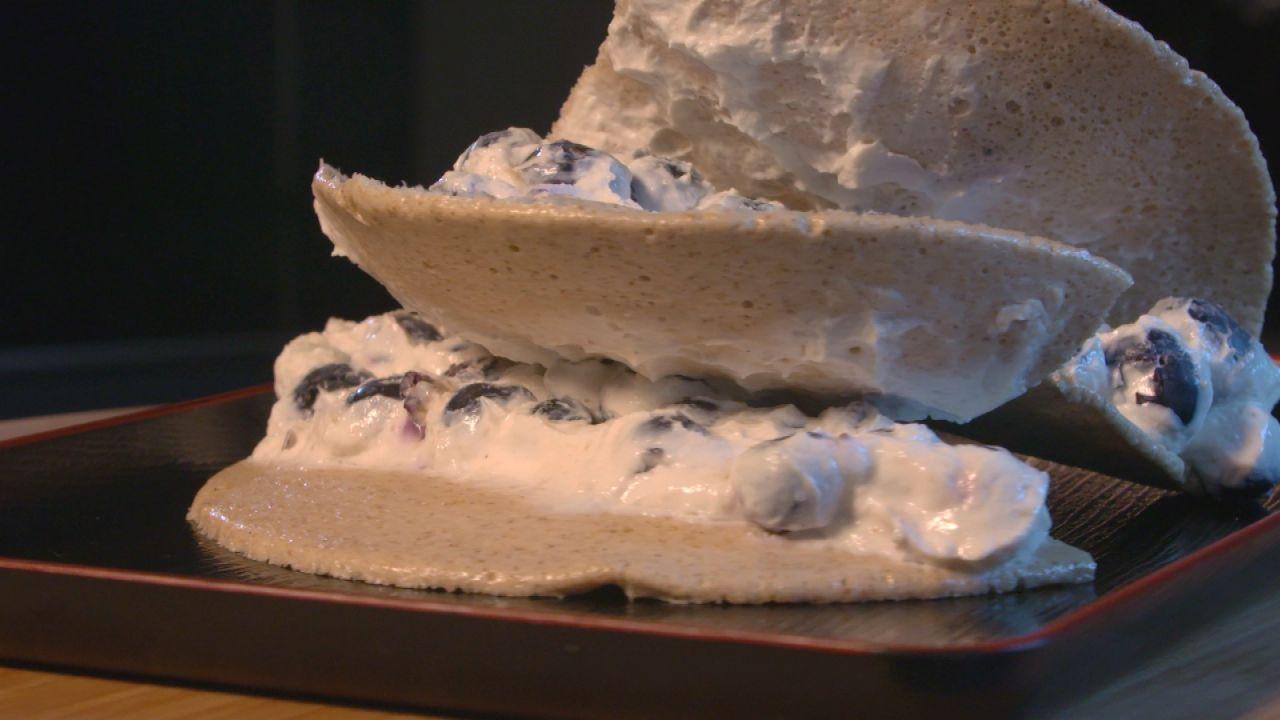 Sportler-Pancake aus der Mikrowelle mit einer Magerquark-Blaubeeren-Füllung