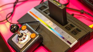 Atari Konsole auf rotem Tisch