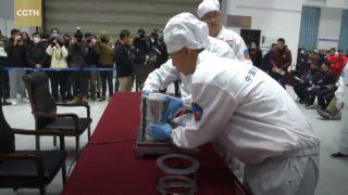 Wissenschaftler wiegen die Mond-Proben von Chang'e 5