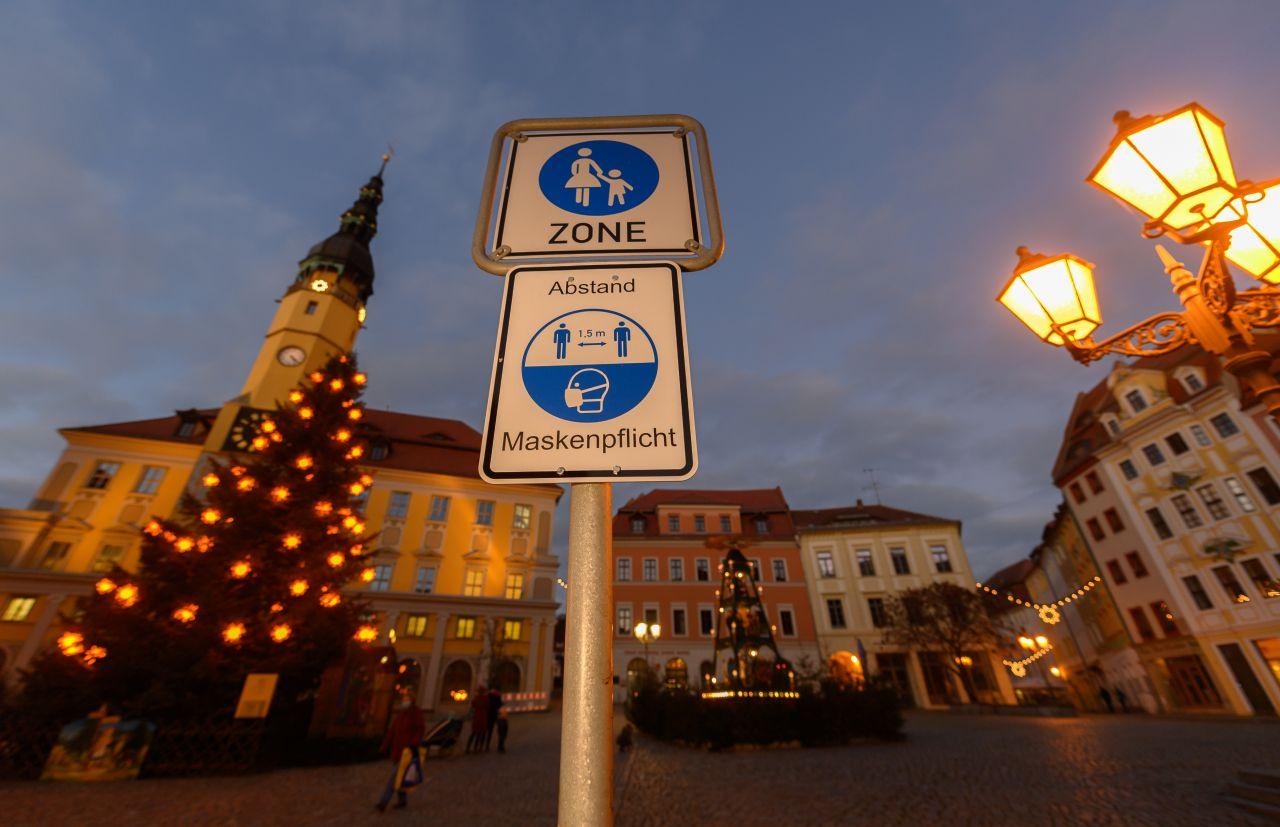 Wegen der besonders hohen Corona-Infektions-Raten in Sachsen gelten ab 1. Dezember in weiten Teilen des Landes nicht nur die von Bund und Ländern beschlossenen Beschränkungen, sondern die Menschen dürfen dann ihre Wohnung nur noch mit triftigem Grund verlassen.