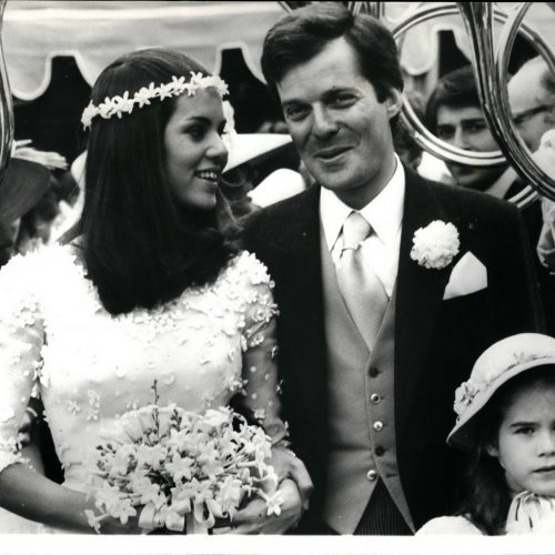 Auf dem Foto siehst du David de Rothschild bei seiner Hochzeit 1974. Er ist ein Nachkomme von James de Rothschild, Sohn des Begründers der Rothschild-Dynastie Mayer Amschel Rothschild. Die Rothschilds gelten als erfolgreiche Bankiers. Verschwörungstheoretiker sehen in ihnen aber auch heimliche Weltherrscher.