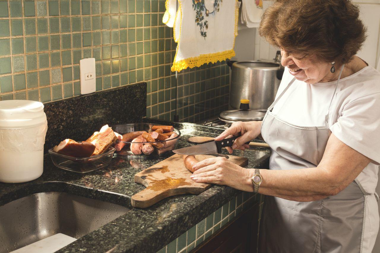 Eine brasilianische Frau bereitet Feijoada vor