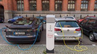 Elektroautos vor Ladesäulen