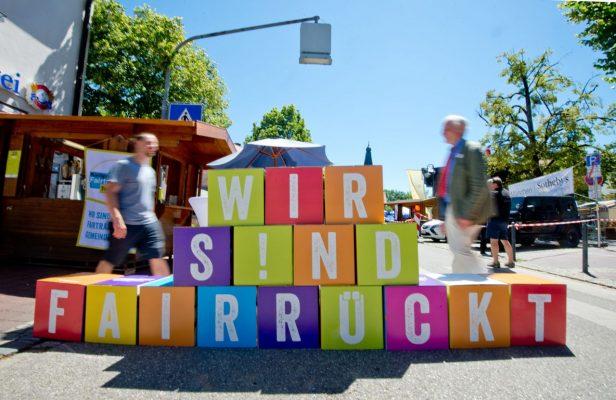 """Straßen-Aktion: Würfel mit der Aufschrift """"Wir sind fairrückt"""""""