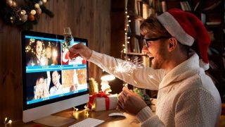 Mit Freunden darfst du nur im kleinen Kreis feiern. Das heißt: 2 Hausstände und maximal 5 Personen. Sollen es mehr werden - macht doch eine Videochat-Party!