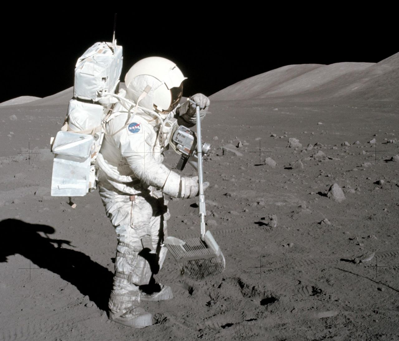 Apollo-Astronaut Harrison Schmitt sammelt Bodenproben