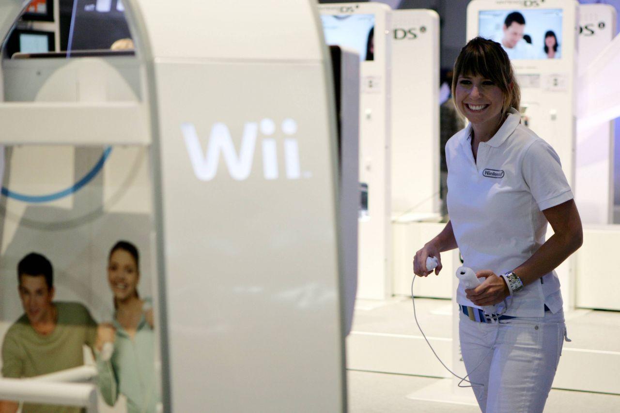 Eine Frau spielt Nintendo Wii