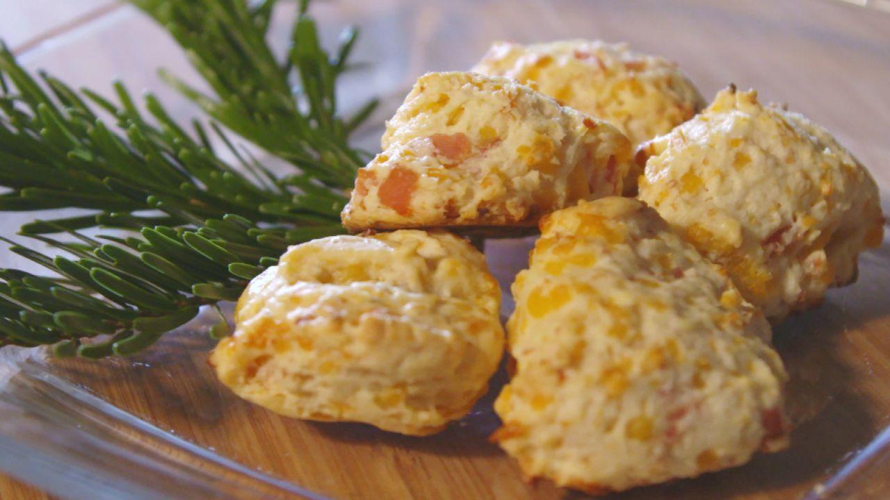 Fünf Käse Schinken Kekse auf einem Teller serviert