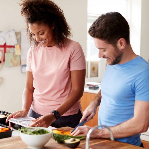 Sportler beim Kochen