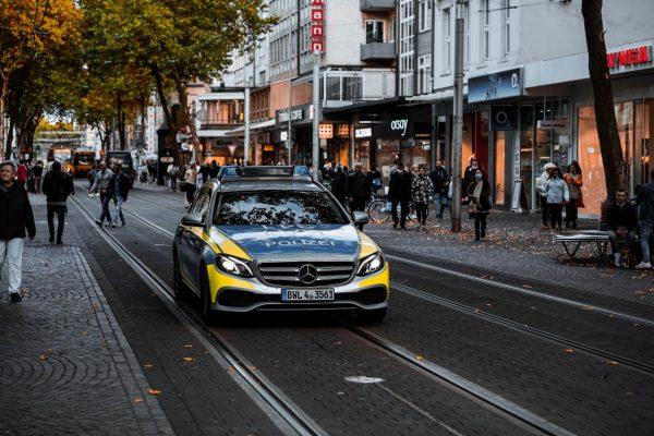 Polizeiauto fährt durch die Innenstadt