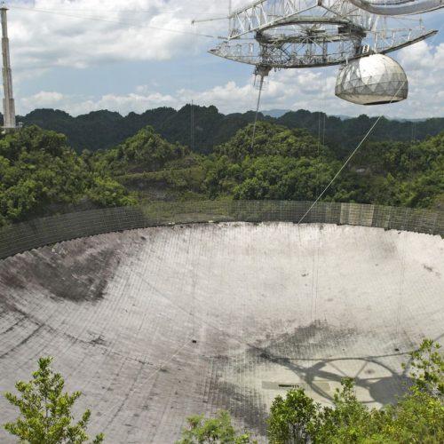 Das Radioteleskop Arecibo steht auf Puerto Rico und rottete schon lange vor sich hin