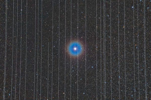 Satellitenspuren und im Zentrum der Stern Albireo