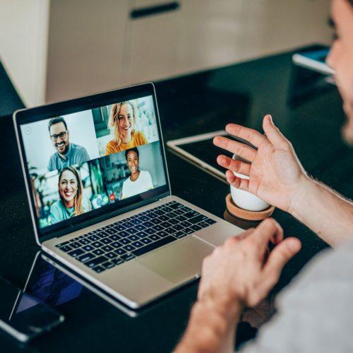 Corona-bedingt sind viele im Home Office. Was darfst du im Videocall und was nicht? Plus Tipps für gelungene Video-Meetings.