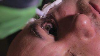 Ein Biohacker versucht, die Lichtempfindlichkeit seiner Augen zu erhöhen