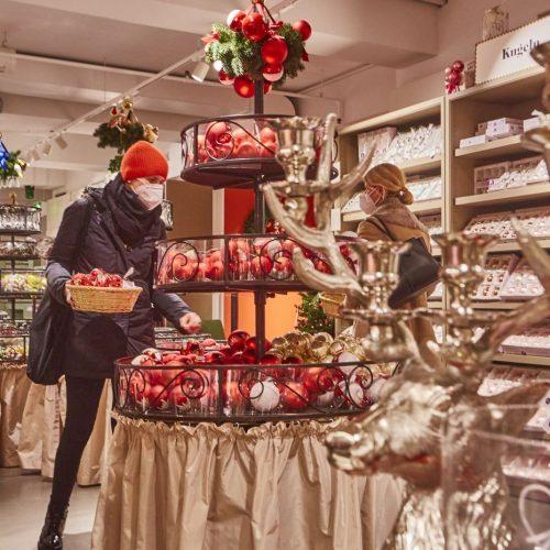 Frau macht Weihnachtseinkäufe während Corona