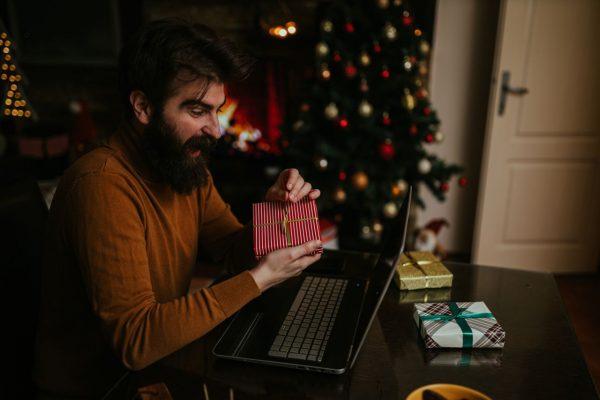 Mann mit Weihnachtsgeschenk