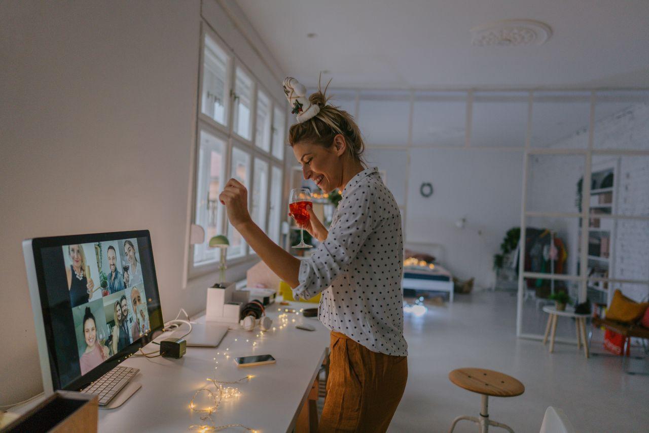 Frau feiert digitale Weihnachtsfeier