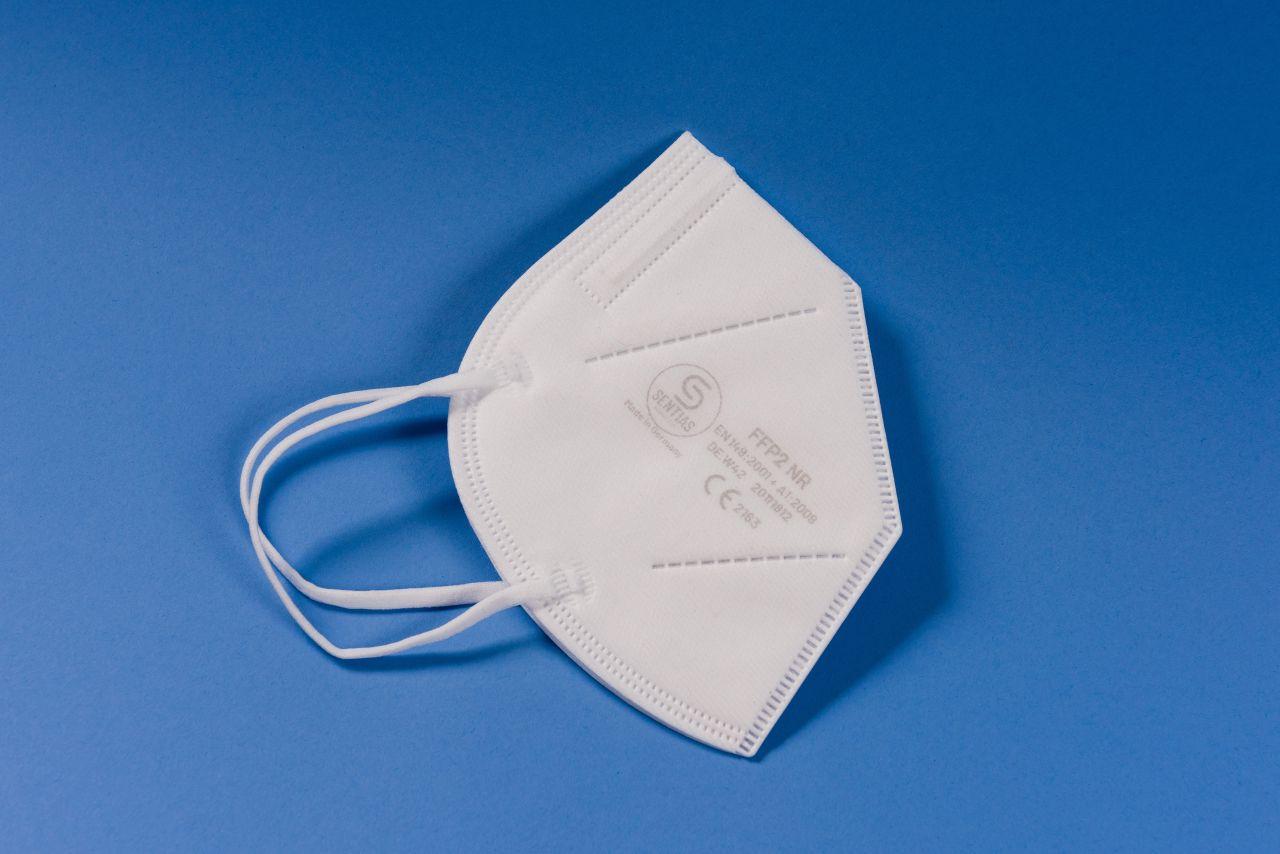 So sieht eine FFP2-Maske aus. Sie sind oft kuppelförmig oder faltbar. Statt klassischer Nähte haben sie Schweißstellen.