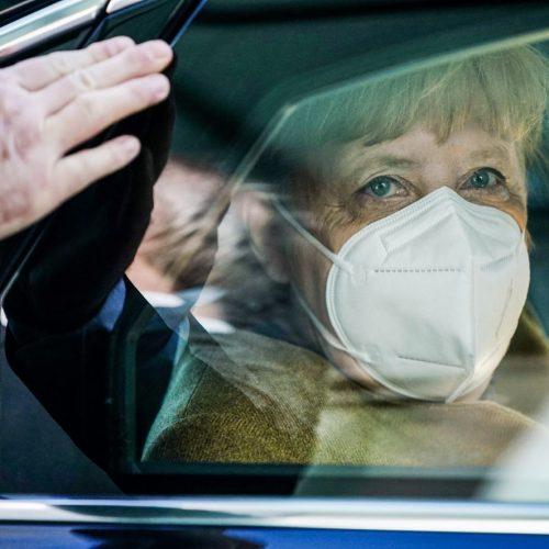 Angela Merkel sitzt mit Mundschutzmaske im Auto