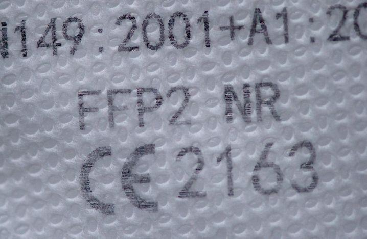 So sieht die CE-Kennzeichnung und der Prüfcode auf einer FFP2-Maske aus.