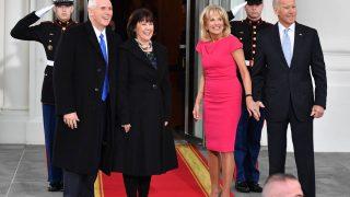 Ehepaar Biden empfängt das Ehepaar Pence.