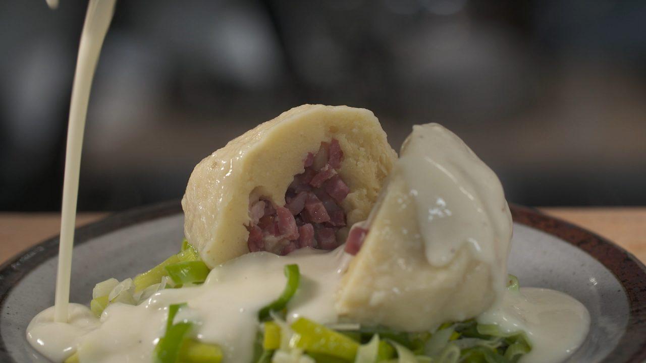 Nesterhebbes mit Bechamel-Sauce serivert auf einem Teller