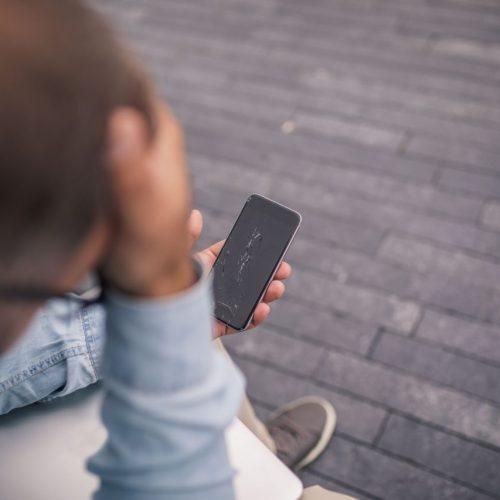 Warum fällt das Handy immer aufs Display? Galileo hat es G-testet.