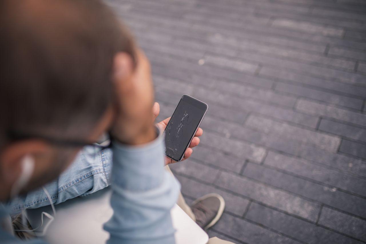 Schon wieder: Deshalb fällt dein Handy immer aufs Display