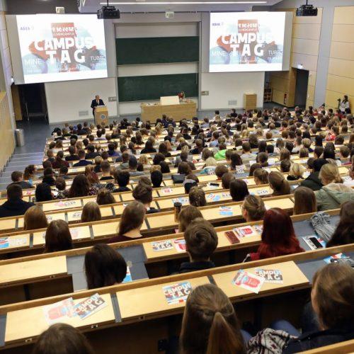 2020/2021 sind 2,9 Millionen Studentinnen und Studenten eingeschrieben.