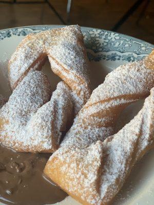 Zwei Calzones Rotos serviert auf einem Teller