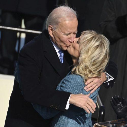 Jill Biden küsst Joe Biden