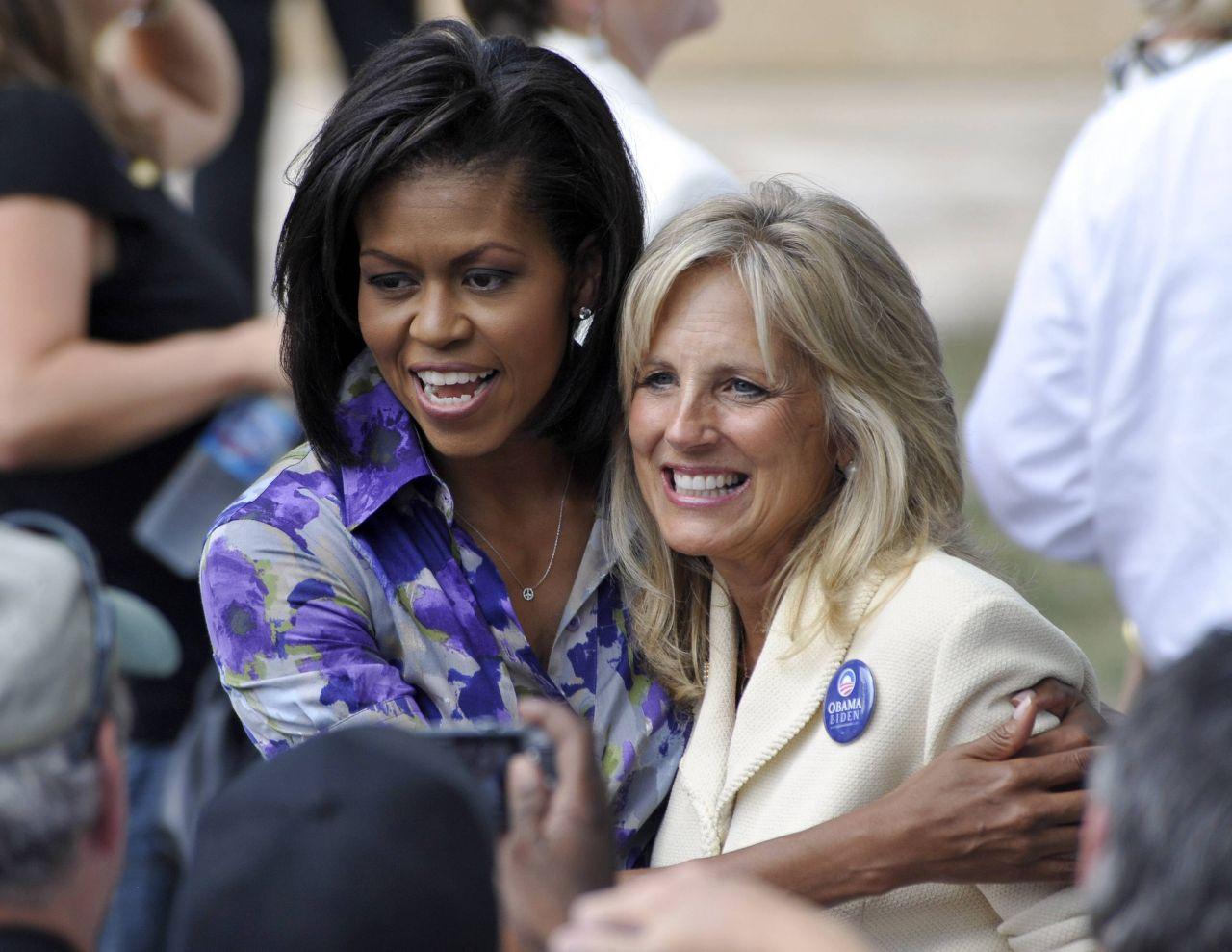 Michelle Obama umarmt Jill Biden.