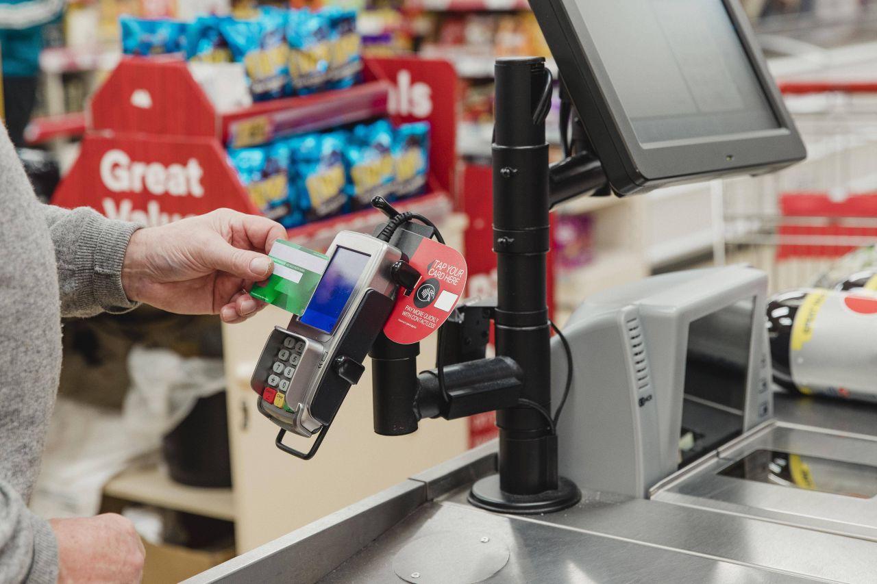 Bargeldlos mit der Girocard bezahlen: Nimmt auch deine Bank Gebühren dafür?
