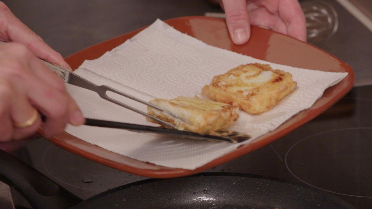 Zwei Leche Fritta auf Küchenpapier