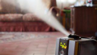 Ein Lélektrischer Luftbefeuchter stößt Luft im Wohnzimmer aus.
