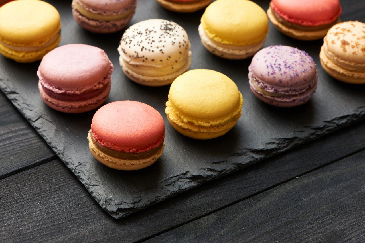 Bunte Macarons auf Schieferplatte