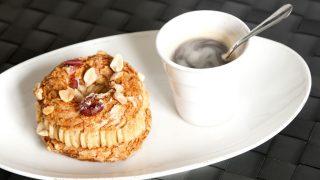 Paris-Brest auf Teller mit Tasse Kaffee