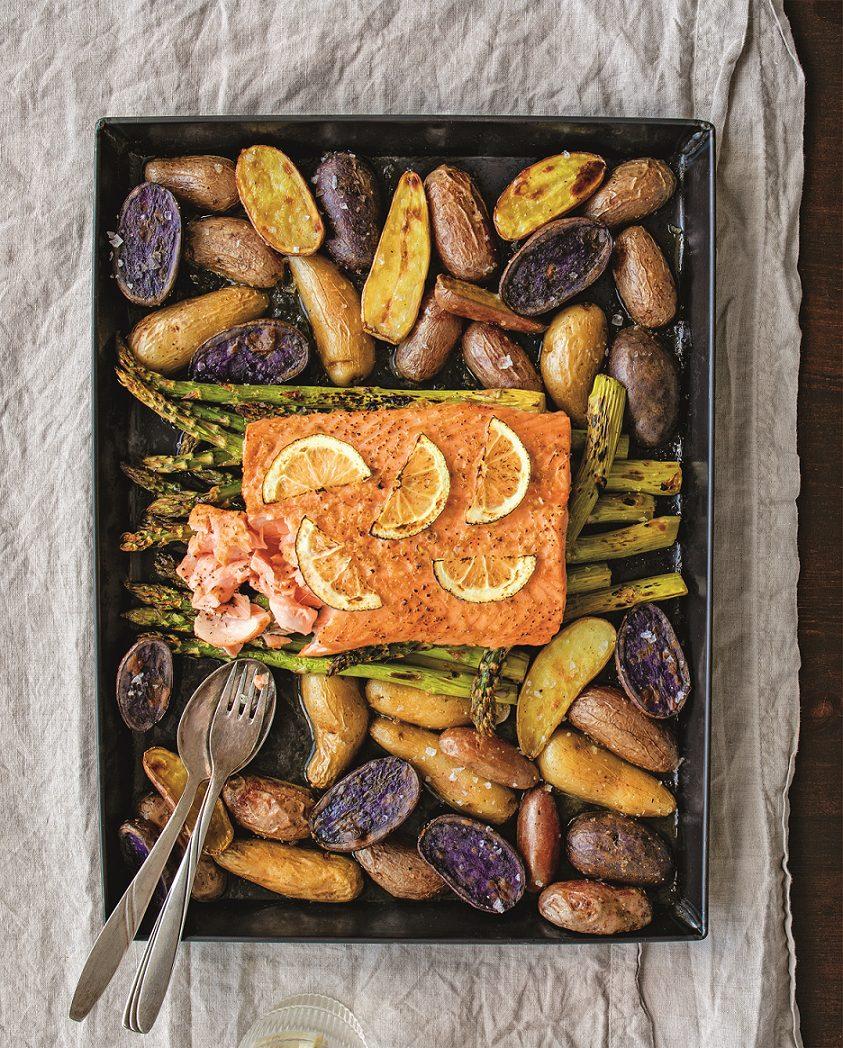 Backblech mit Kartoffeln und Lachs.