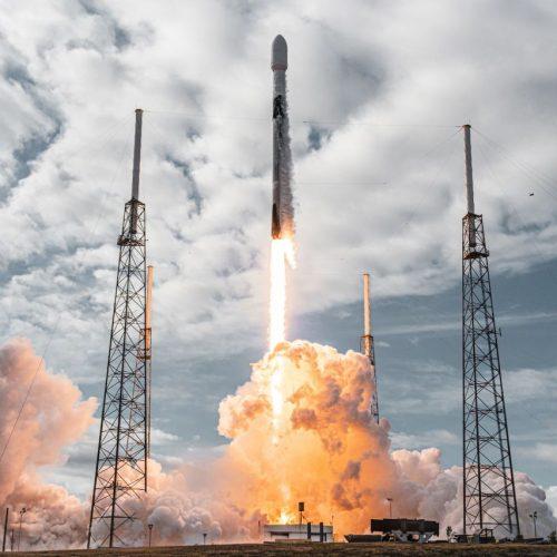 Am 24. Januar 2021 hebt eine Falcon 9 in Cap Canaveral ab. An Bord die Rekordmenge von 143 Satelliten.