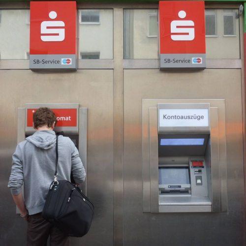 Mann an Geldautomat