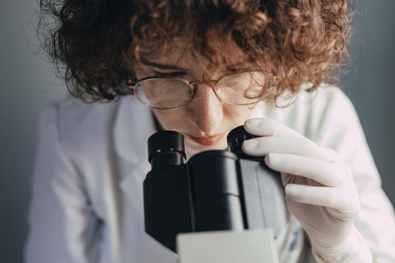 Wissenschaftlerin forscht im Labor