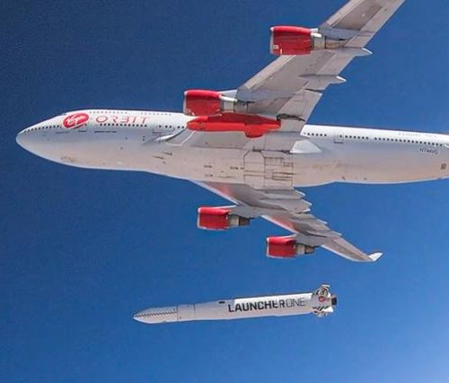 """Die 747 """"Cosmic Girl"""" nach dem Ausklinken der Rakete. Nur wenige Augenblicke später zündet die Kleinrakete ihre Triebwerke."""